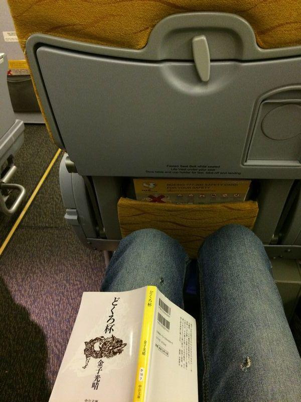 黄色いシートは前の座席に膝がつかえることがなく、普通の飛行機よりも足元が広いかもしれない