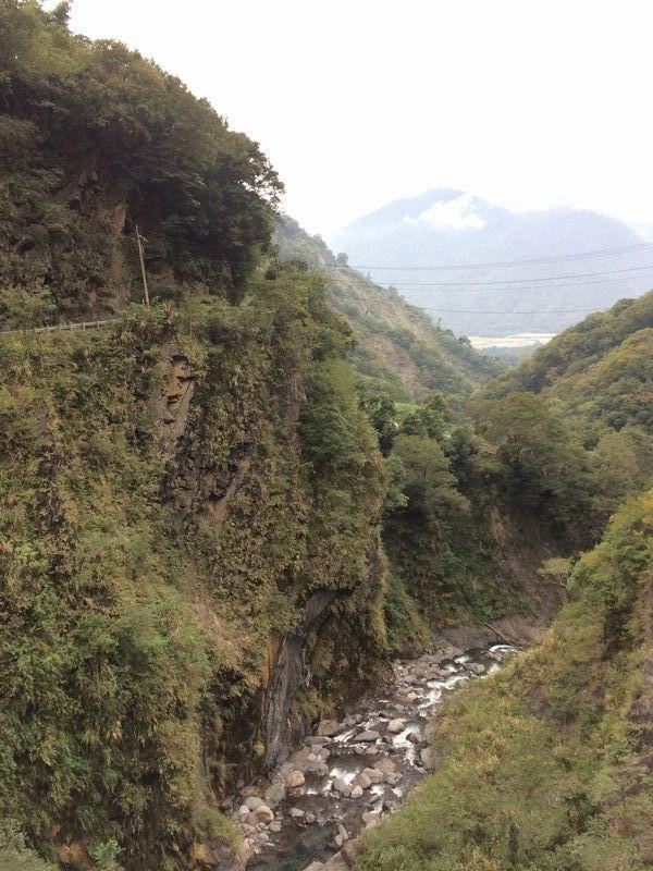 急な斜面に沿って、谷があれば奥深くもぐりこんで渡ります