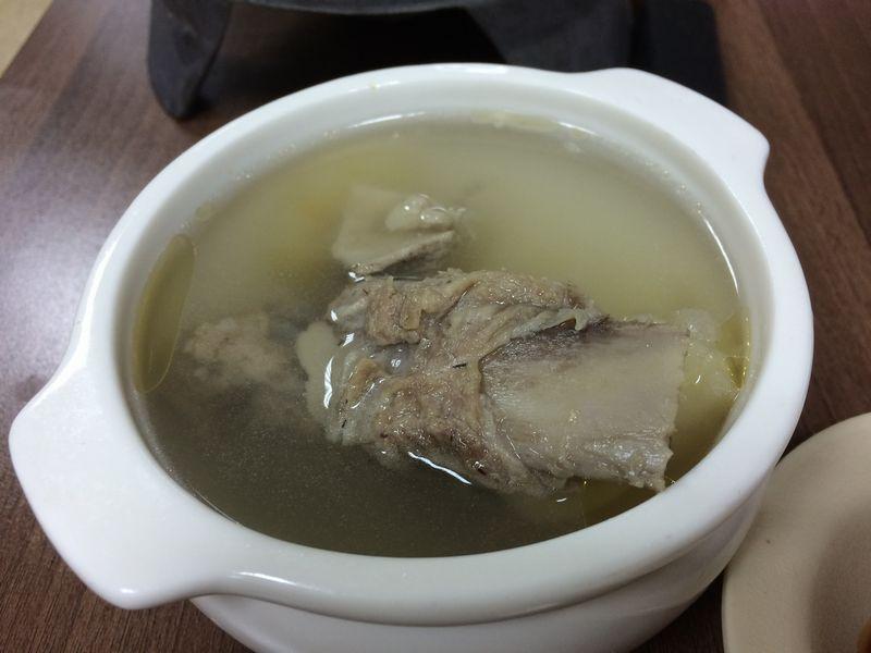 豚の骨がゴロリと入ったスープ