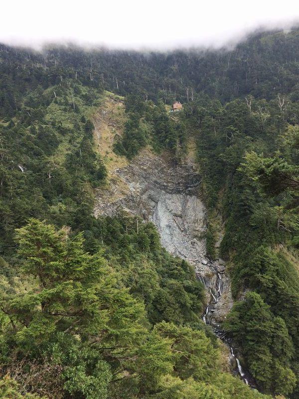 崩れた崖の上に天池山荘が見える