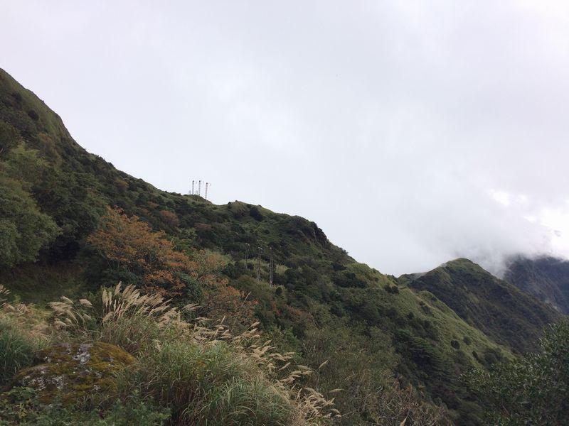 台湾の東西を結ぶ送電線の鉄塔あたりが鞍部