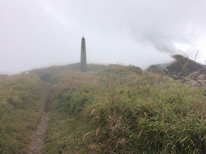 霧に霞む光被八表の石碑