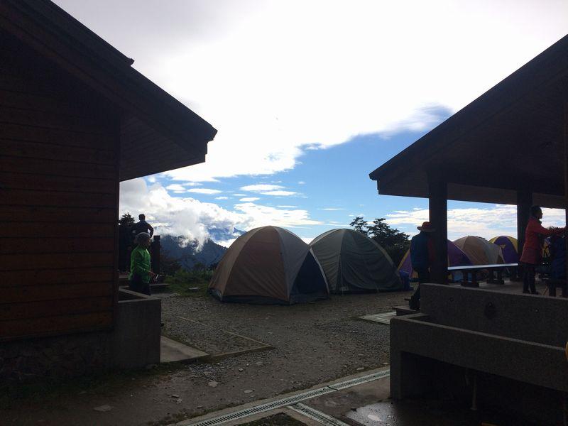天池山荘前に張られたテント群