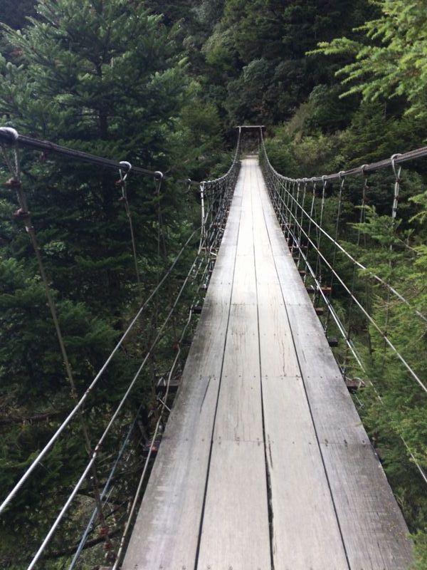 滝のある沢にかかる吊り橋