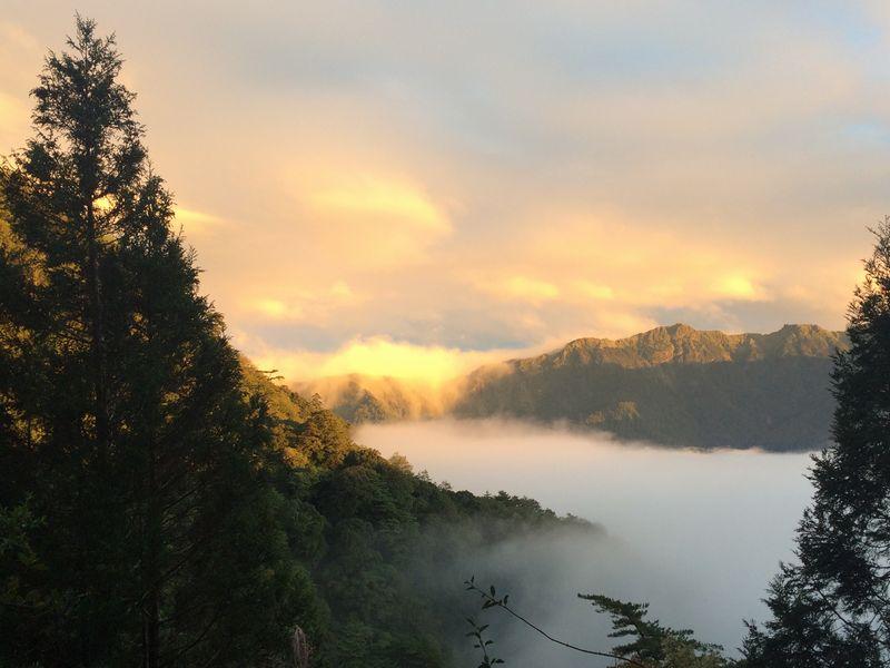 雲海も夕日に染まり始めた