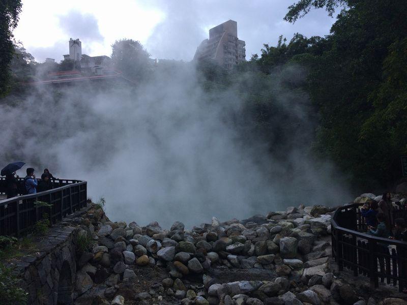 湯煙に包まれた地獄谷の温泉池