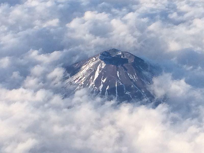 樹海ならず雲海から頭を出した富士山