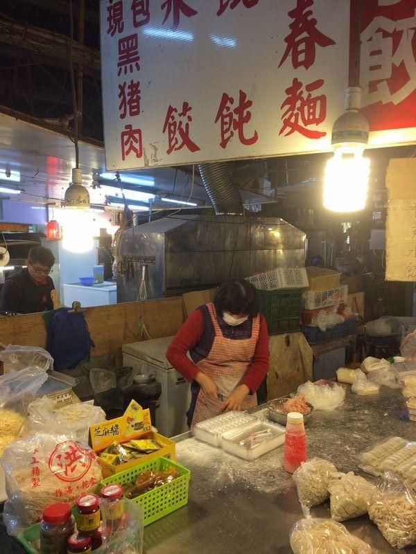 台湾うどんなどを売る市場の店
