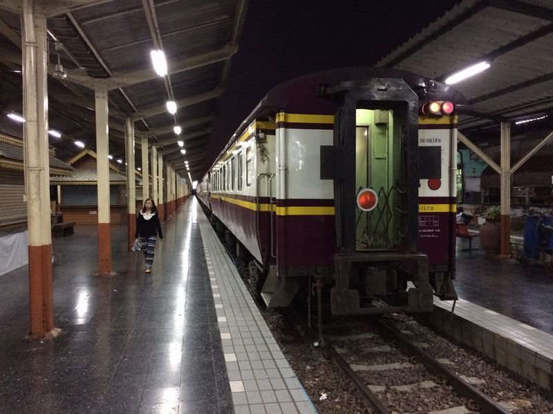 出発を待つ快速列車