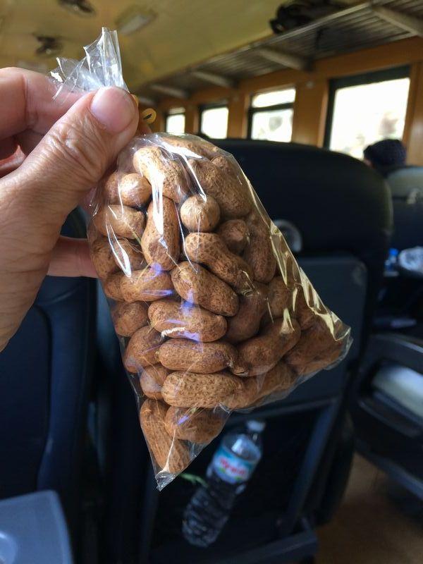 車内販売の殻付きピーナッツ