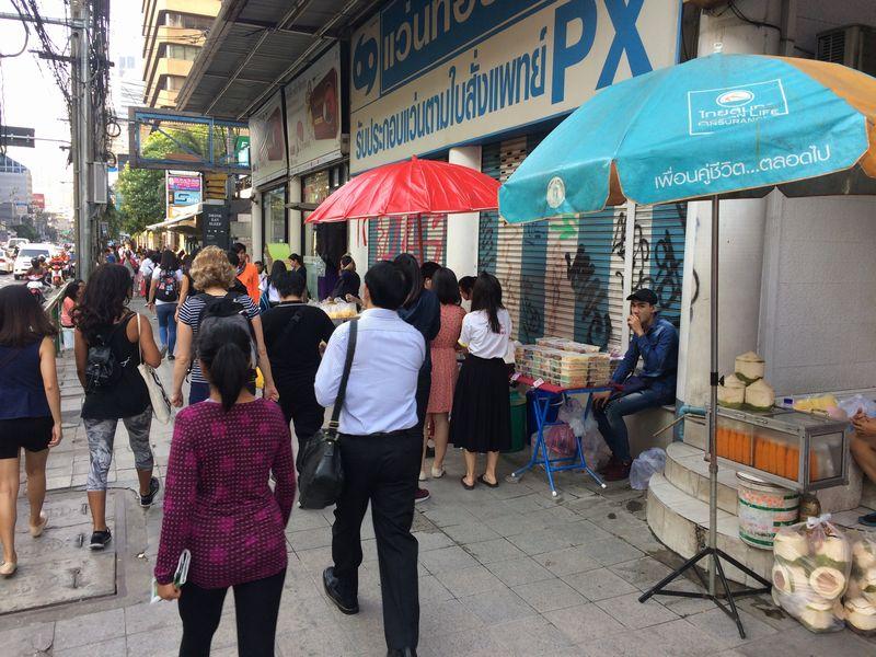 歩道で朝食などを売る露店