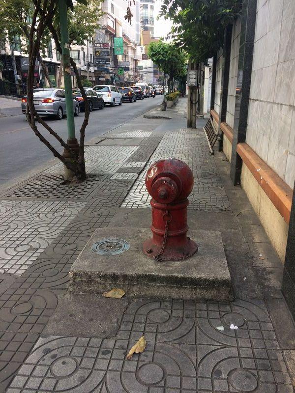 歩道の真ん中に消火栓