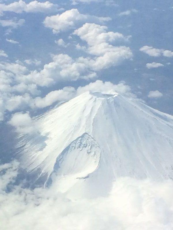 雪に覆われた富士山山頂