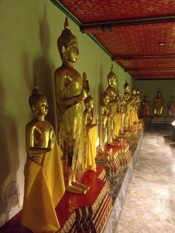 回廊に立ち並ぶ仏像