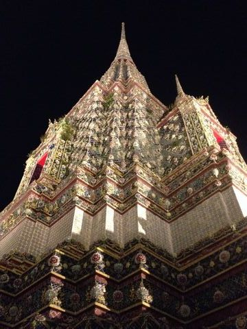 陶片で飾られた仏塔