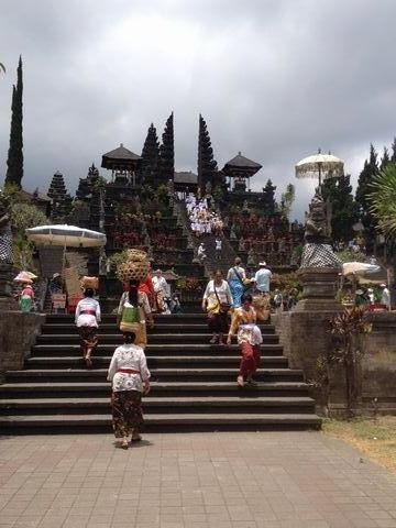 ベサキ寺院入り口の階段