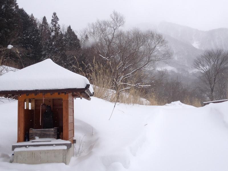 雪の中のお堂