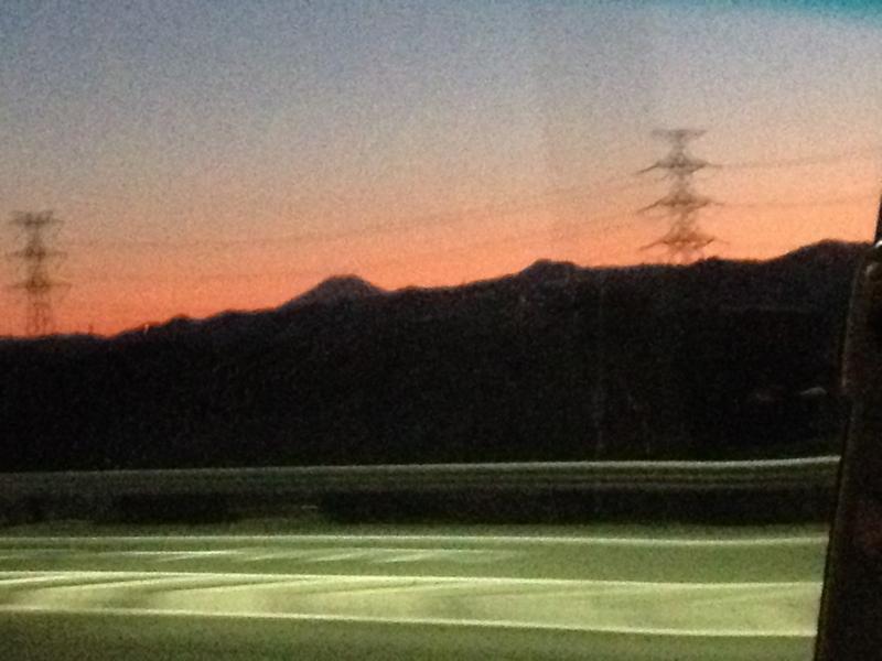 高速道路で夕暮れ
