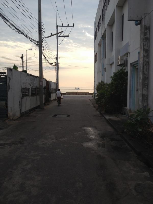 横道の奥に海