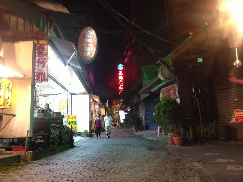 夜の温泉街メインストリート