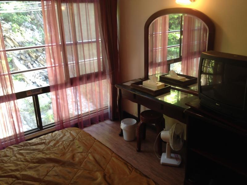 谷川に面した部屋