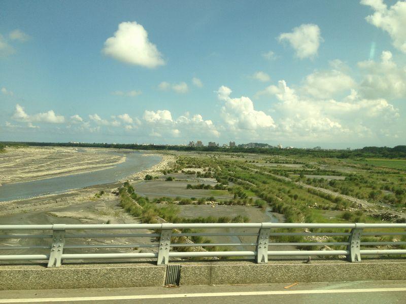 台東郊外の川岸から