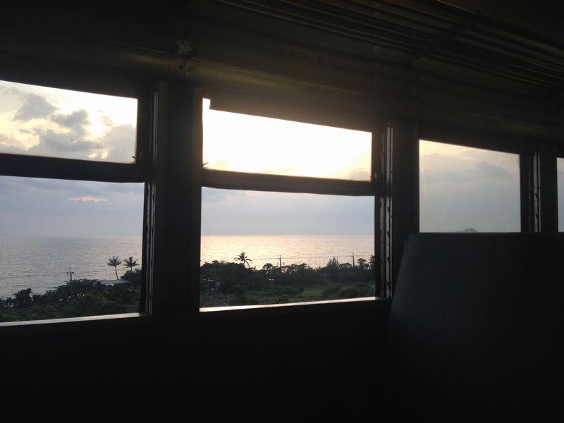 車窓からの夕景が物悲しい