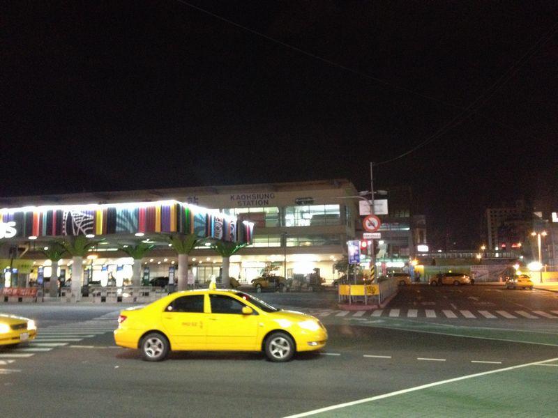 夜中の高雄駅前