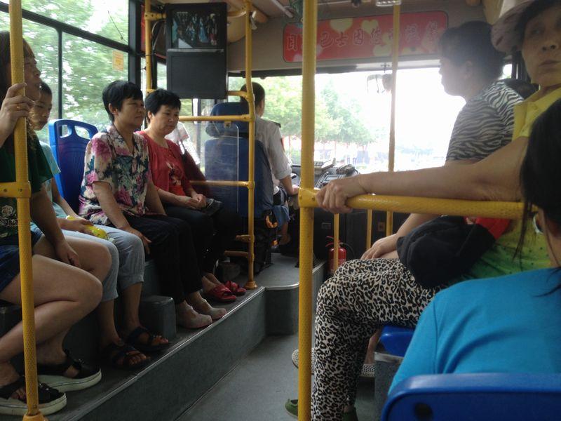 305番バスの車内