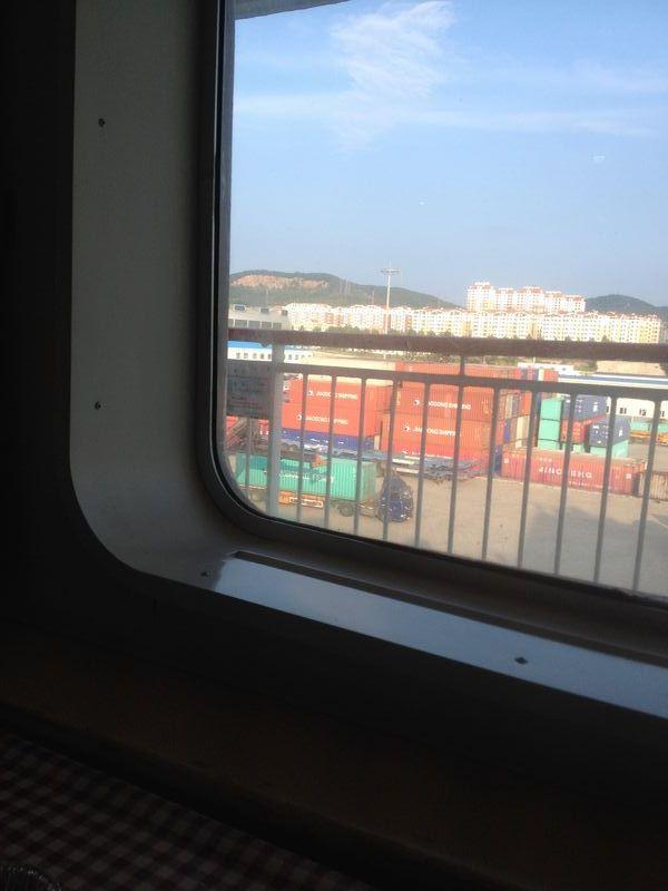 窓の外は岸壁