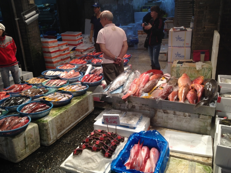 基隆の魚市場にならぶ魚