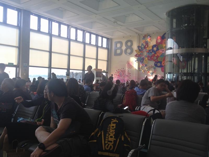 台北の搭乗口でも黒衣の乗客