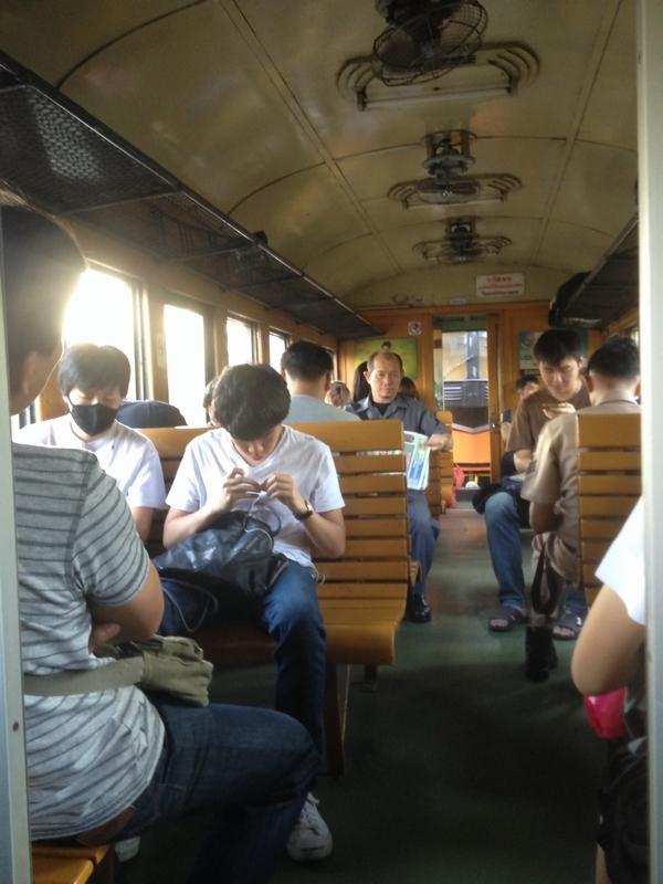 木造客車で木製シート