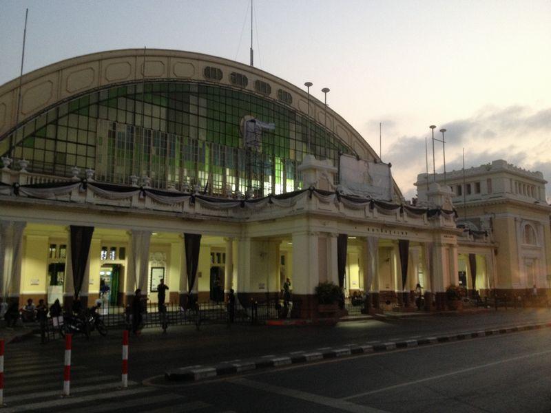 朝のバンコク中央駅