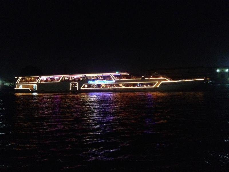 チャオプラヤ川のディナークルーズ船