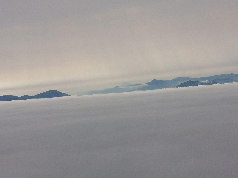 雲海に浮かぶ山の頂