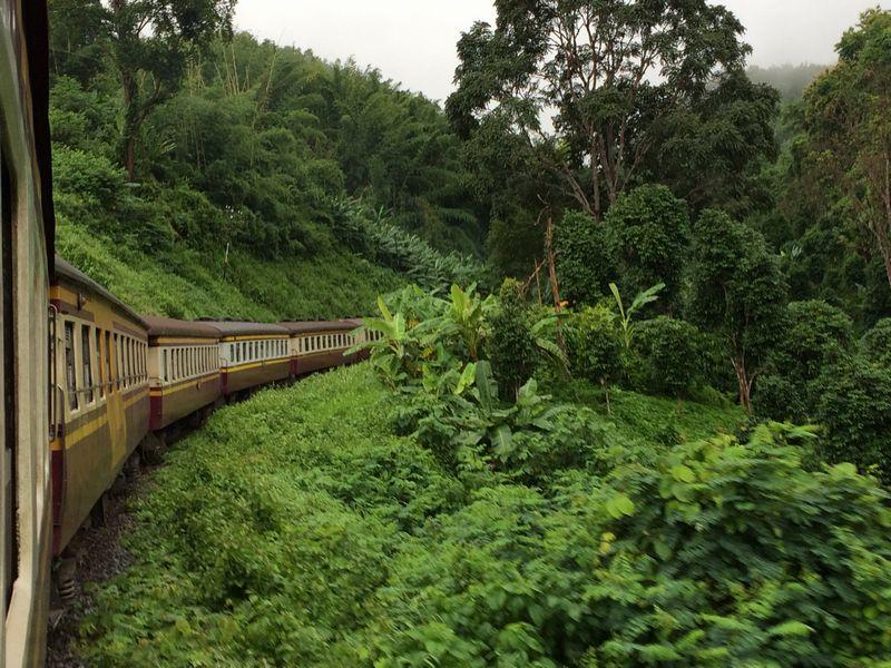 山の中をくねりながら汽車は行く