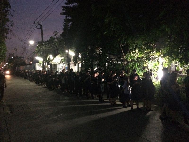 ラマ9寺へ向かって行列を作っている人たち