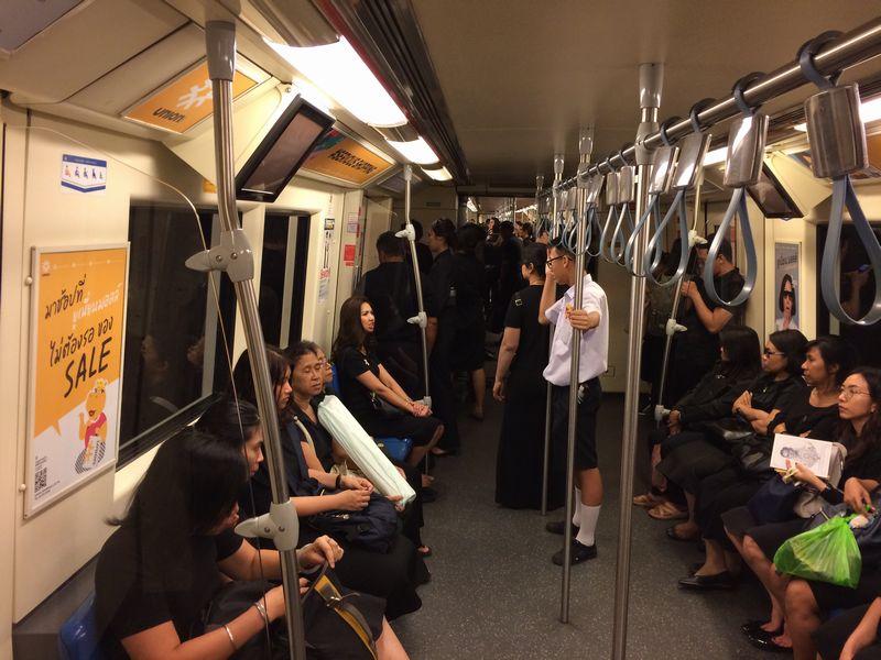 地下鉄の車内は喪服一色