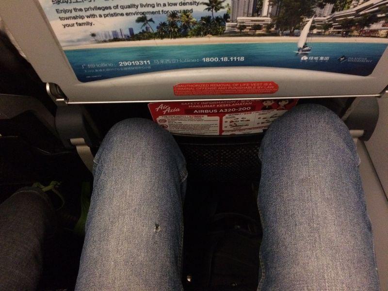 座席がやたらと狭い