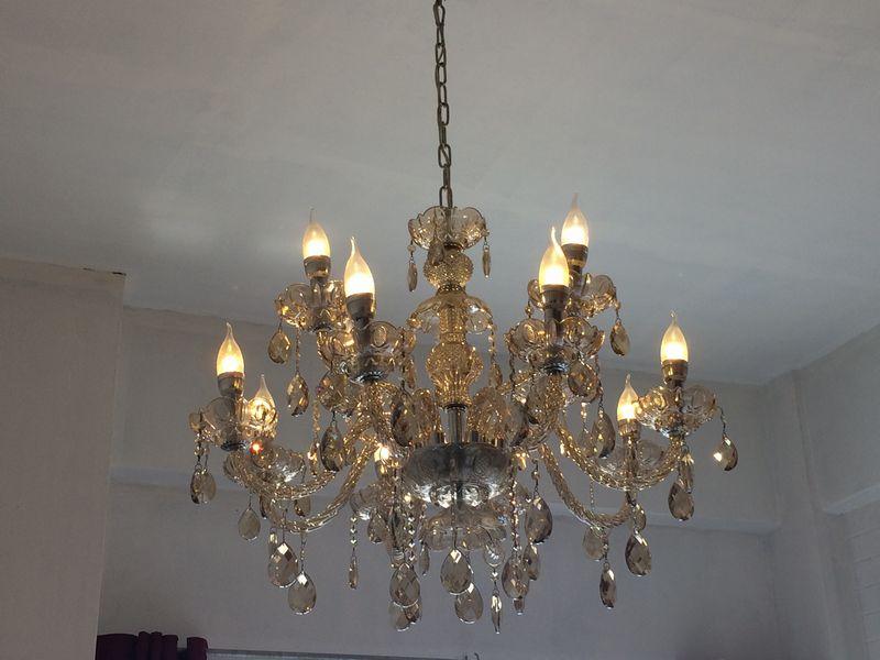 部屋の照明はシャンデリア