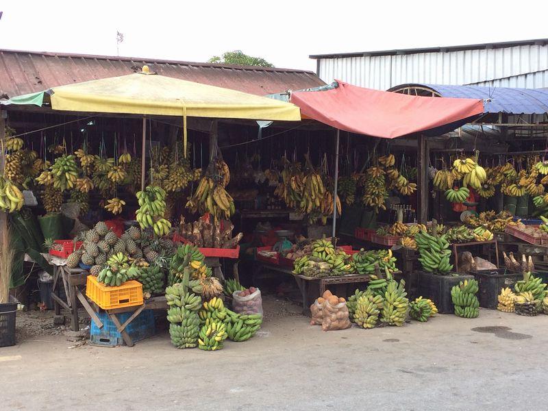 日本人倶楽部の向かい側はバナナ屋