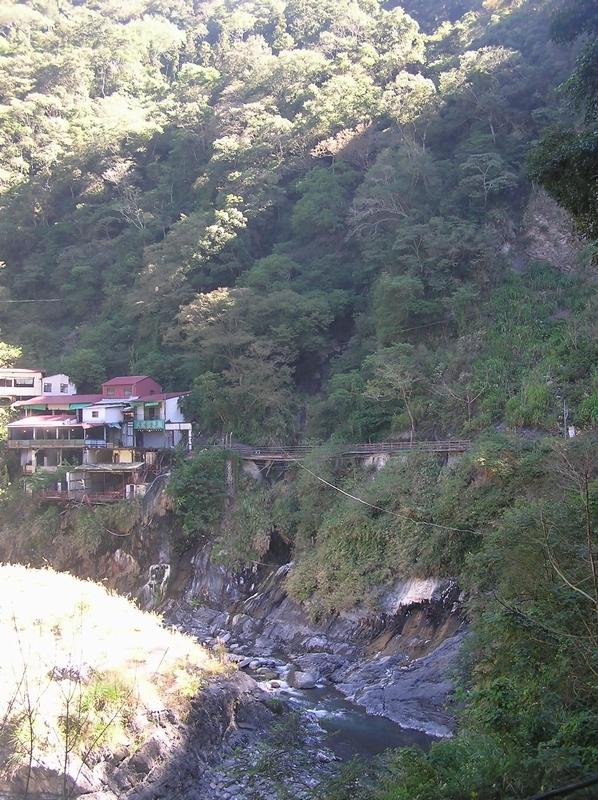 ブカサン渓の源泉へ続く歩道